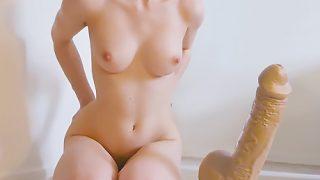 Coquine blonde se gode la foufoune au sextoy